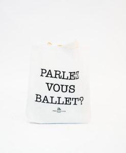 """Ecobag """"Parlez Vous Ballet?"""" é uma linda bolsa para te acompanhar e ajudar o meio ambiente! Com uma linda frase, ela é perfeita para quem se importa com a natureza mas não quer perder o estilo!"""